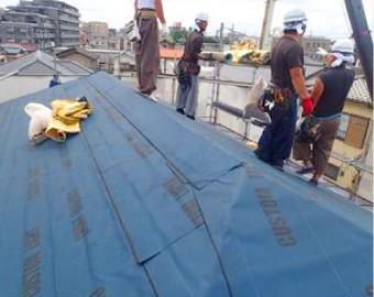 屋根工事をしているスタッフの様子