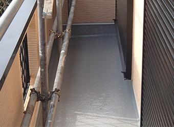 トップコートを重ねて塗布して、防水層を厚く保護します