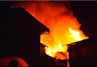 燃え盛る家