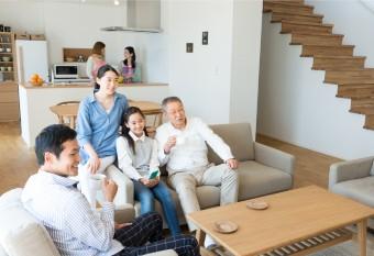 心地よい空間でくつろぐ家族