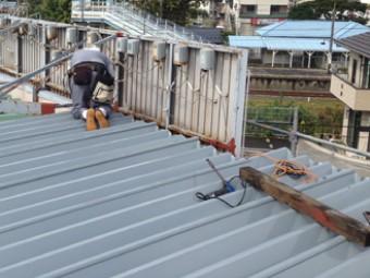 電飾や看板のギリギリまで屋根材を設置し、雨漏りのリスクを減らす