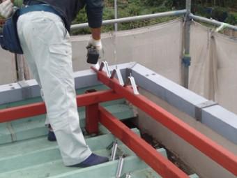 折板屋根を固定するタイトフレームを骨組みに固定