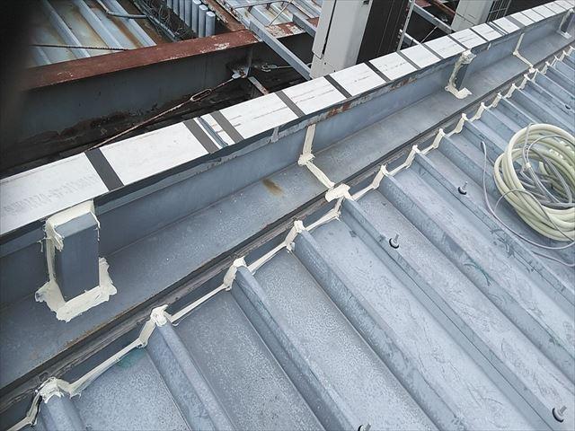 姫路市の店舗の折板屋根の取合い部分のコーキング