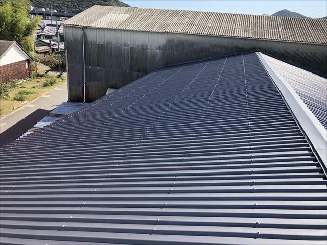 姫路市の工場のスレート屋根のガルバリウムカバー工法