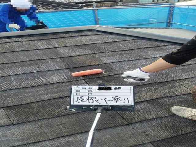 加古川市屋根下塗りの作業中の写真