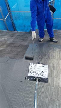 加古川市のスレート屋根塗装の中塗り作業