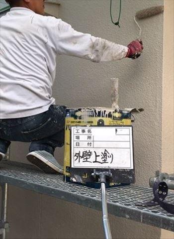 加古川市の外壁塗装工事のパーフェクトベスト上塗り作業