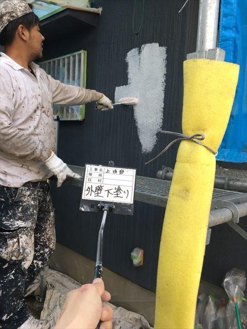 加古川市の外壁塗装工事の下塗り作業中の写真