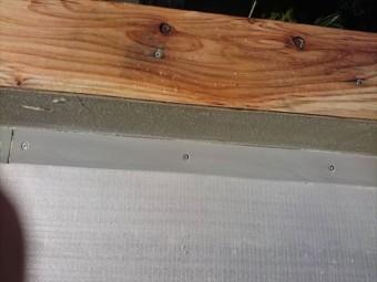 明石市の塩ビシート防水の塩ビ被覆鋼板の施工作業の写真