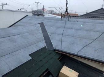 加古川市の葺き替え工事のアスファルトシングル施工中