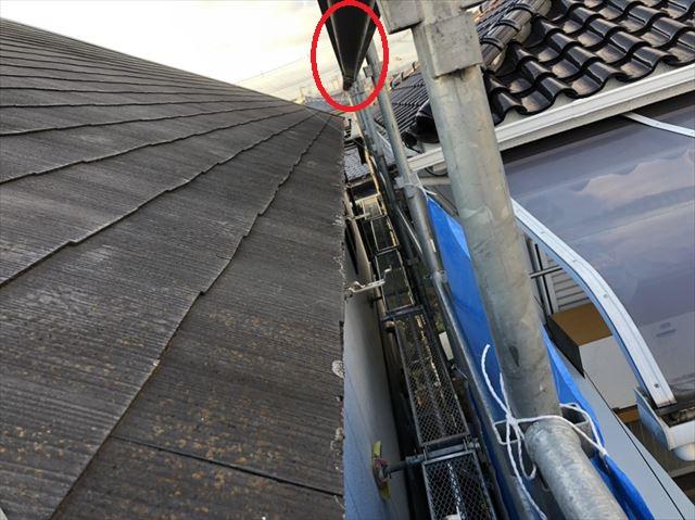 加古川市の破風交換で一時撤去した雨樋を足場へ固定