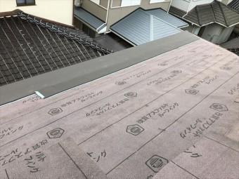 高砂市の葺き替え工事のスーパーガルテクトの施工中の写真