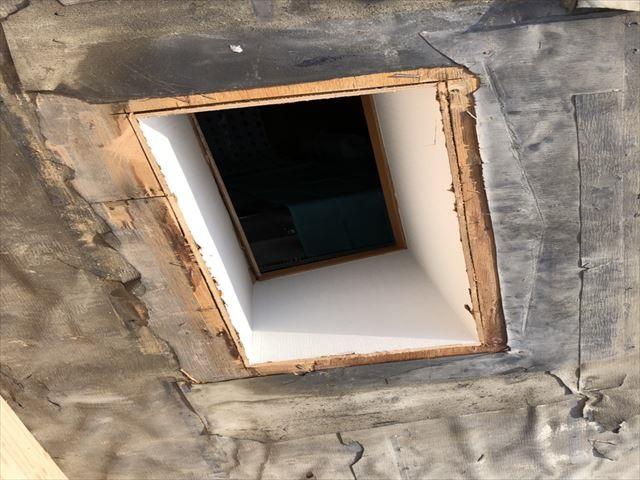 高砂市の葺き替え工事の天窓撤去作業