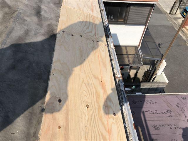 高砂市の葺き替え工事の軒先高さ調整の合板施工