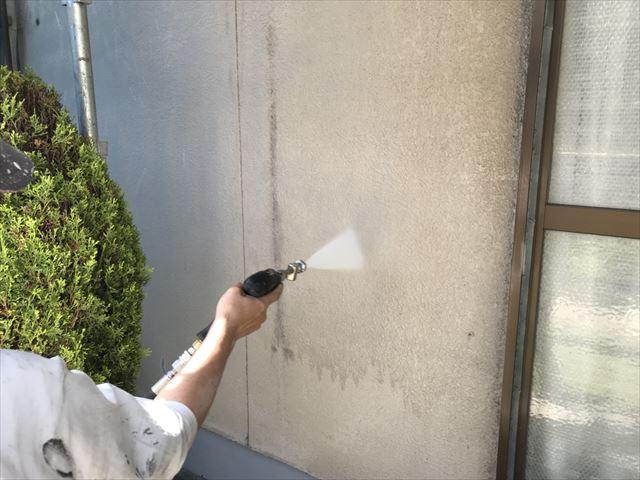 姫路市の塗装工事の高圧洗浄作業と金属屋根のサビ止めの塗布作業