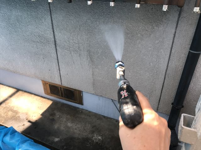 姫路市の外壁塗装の高圧洗浄作業