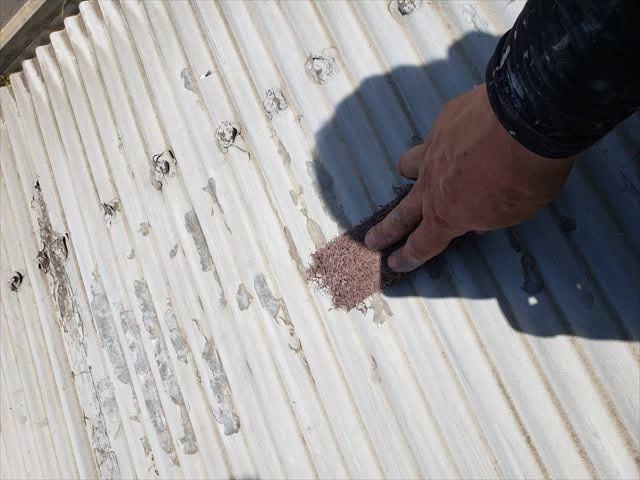 姫路市の金属屋根の下塗り前の下地調整