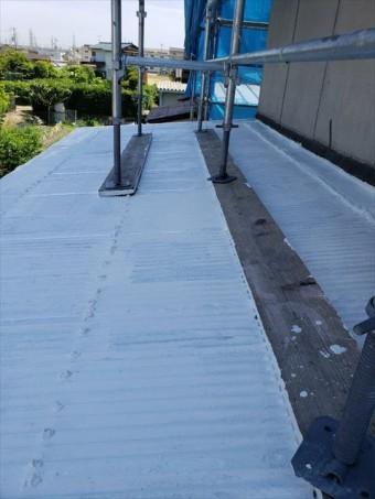 姫路市の波板の下塗り作業の写真
