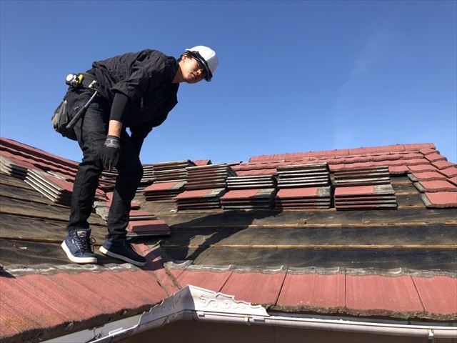 たつの市の葺き替え工事のモニエル瓦の撤去作業
