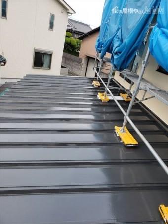 姫路市の外壁塗装工事の瓦棒部分の上塗り塗装