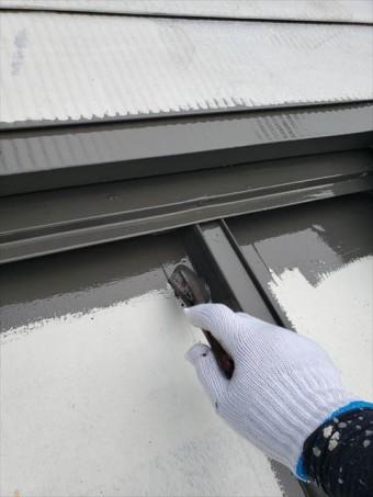 姫路市の外壁塗装工事の鉄部の刷毛塗装
