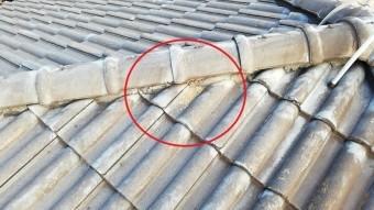 高砂市のモニエル瓦屋根の棟か流れ出た内部の土