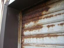 塩害によって錆びたシャッター