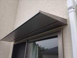 雨除けとして取り付けられる庇。紫外線だけでなく風による劣化も!