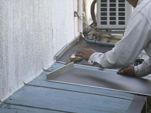 ガルバリウム鋼板にカバー工法中の庇