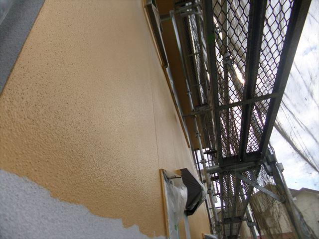 相生市の下塗り乾燥後の中塗り作業