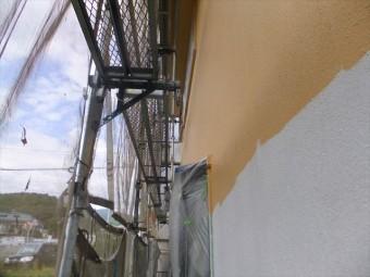 相生市の下塗り乾燥後の中塗り作業の様子