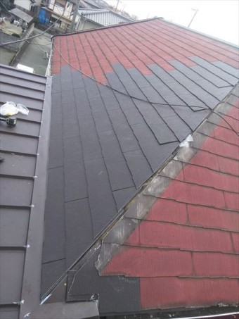 加古川市の雨漏りで葺き替え作業中のスレート屋根の写真