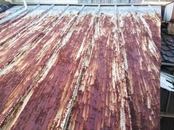 姫路市の錆びて穴が開いたトタン屋根
