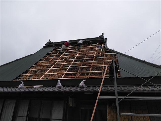 神河町の茅葺き屋根の下地の補強