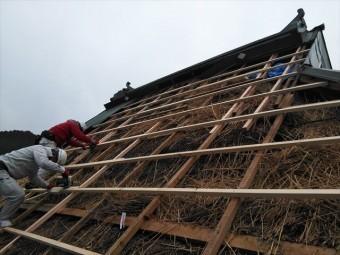 神河町のトタンが飛散した茅葺き屋根