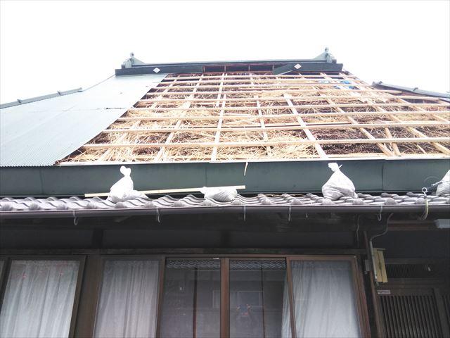 神河町の茅葺き屋根の下地の補強状況
