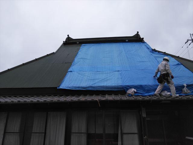 神河町の茅葺き屋根の下地補強後の養生