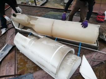 加古郡の温水器を屋根の上で分解中