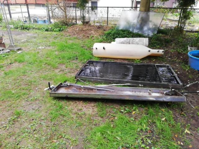 加古郡の屋根からおろされた分解された温水器