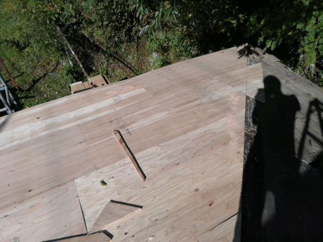 宍粟市千種町で大屋根の野地板増し張り開始写真