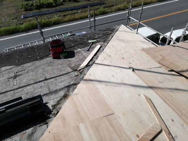 宍粟市千種町で大屋根の野地板増し張りの写真