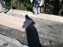 宍粟市千種町で大屋根の野地板増し張り作業中の職人の写真