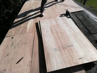宍粟市千種町で大屋根の野地板増し張り作業写真