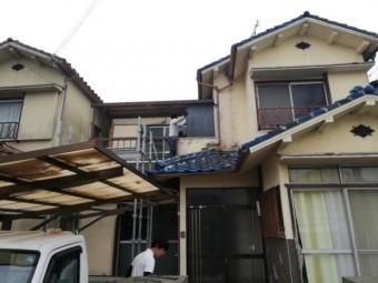 加古川市野口町のベランダの解体作業中の職人さん