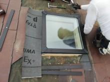 新しい天窓の取り付け作業中