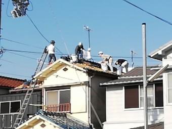 加古川市の屋根葺き替えの作業中の職人たち