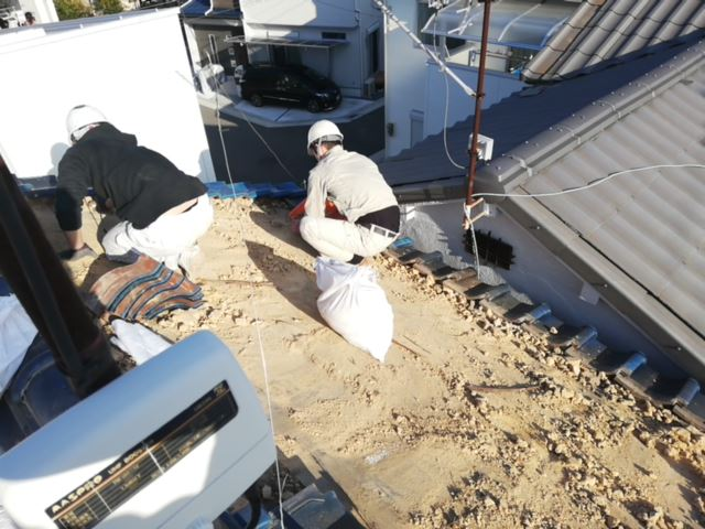 加古川市の葺き替えの為の瓦撤去作業