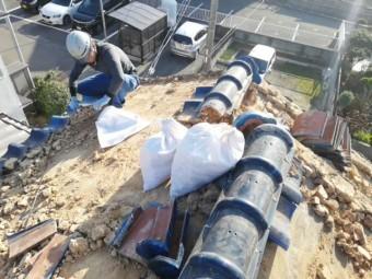 加古川市の葺き替えの為の瓦撤去時の土の排出