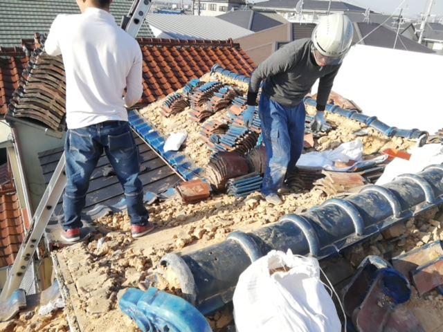 加古川市の土葺き瓦屋根の撤去作業中の職人さん