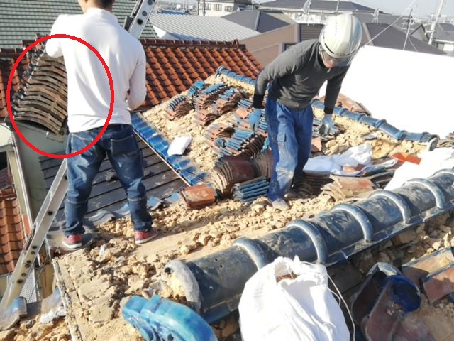 加古川市の電動リフトにきれいに積まれた瓦